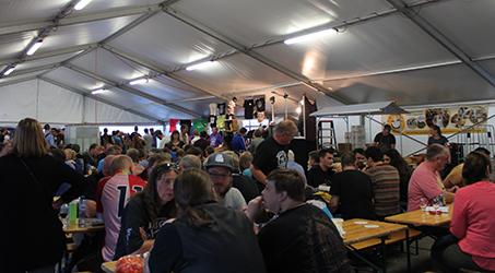 Ambiente bajo la carpa habilitada para el festival