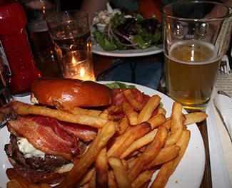 Hamburguesas y cervezas maridaje americano