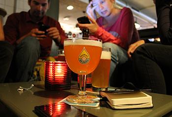 Disfrutando de unas cervezas en De Prael